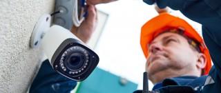 Mann montiert Kamera